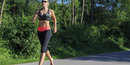 Commencer à courir pieds nus : les conseils du spécialiste Ken Bob Saxton