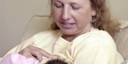 Lait maternel contaminé : peut-on encore conseiller l'allaitement ?